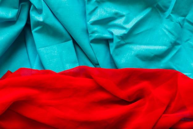 Vue élevée de bleu et rouge tissu coloré Photo gratuit