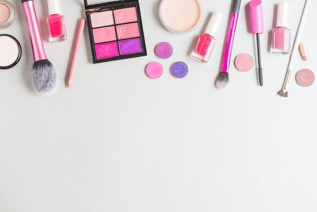 Vue élevée, de, cosmétique, produits, isolé, sur, surface blanche Photo gratuit