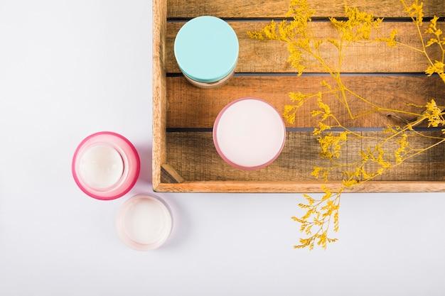 Vue élevée de crèmes hydratantes sur fond blanc Photo gratuit