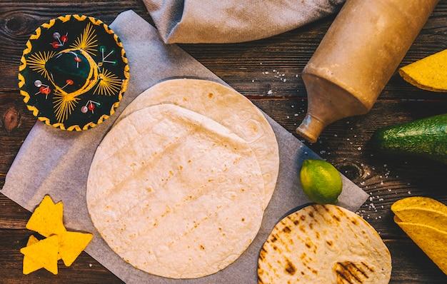 Vue élevée de délicieuses tortillas mexicaines au blé et de délicieux nachos sur table en bois Photo gratuit