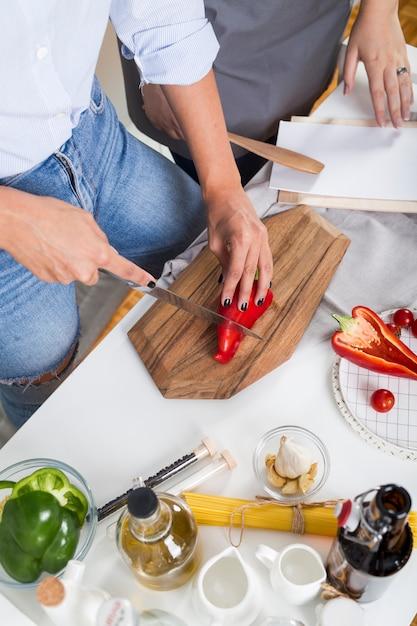 Vue élevée, de, deux, femme, préparer nourriture, dans, les, cuisine Photo gratuit