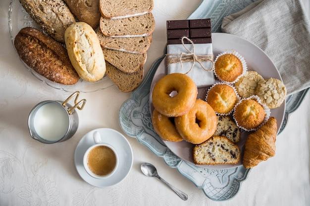 Vue élevée du délicieux petit déjeuner sur le dessus de la table Photo gratuit
