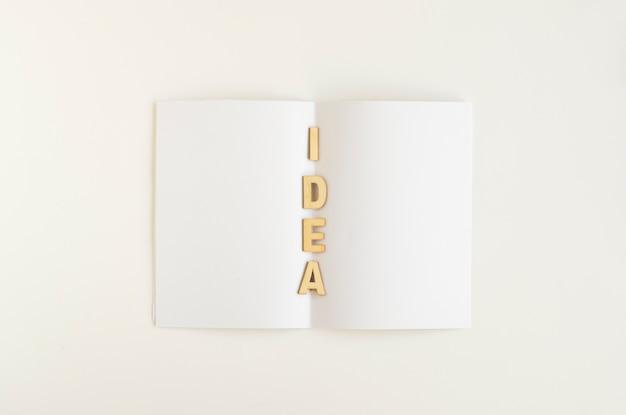 Vue élevée du mot d'idée sur papier blanc Photo gratuit