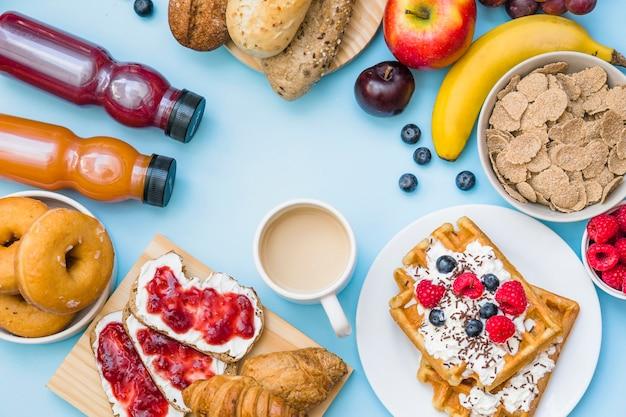 Vue élevée du petit déjeuner sur fond bleu Photo gratuit