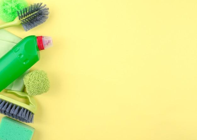Vue élevée Des équipements De Nettoyage Sur Fond Jaune Photo gratuit