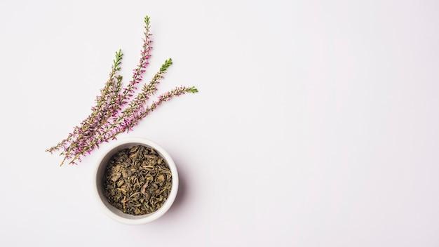 Vue élevée, de, fleurs lavande, près, pétales secs, dans, bol, surface blanche Photo gratuit