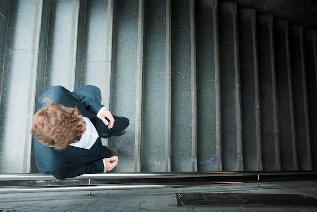 Une vue élevée d'un homme d'affaires marchant en bas Photo gratuit