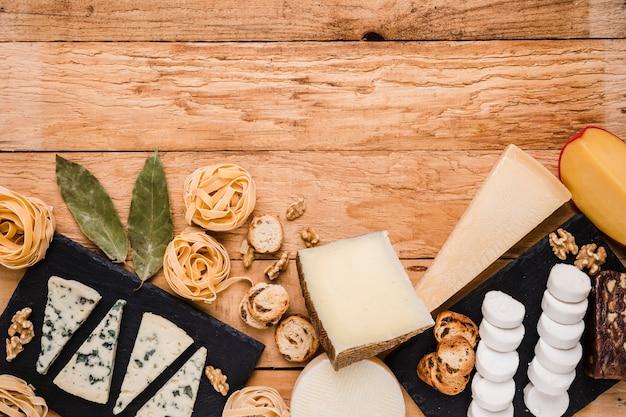 Vue élevée d'ingrédients de petit déjeuner frais sur une planche de bois texturée Photo gratuit