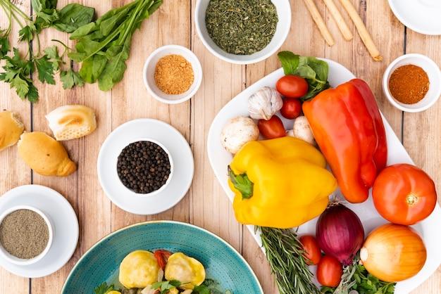 Vue élevée d'ingrédients sains pour les pâtes sur la table Photo gratuit