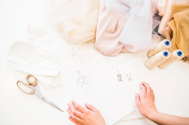 Vue élevée, de, main designer, à, croquis mode, et, tissu