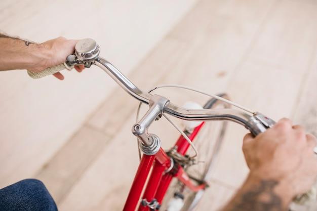 Vue élevée des mains humaines, tenant les mains de bicyclette Photo gratuit