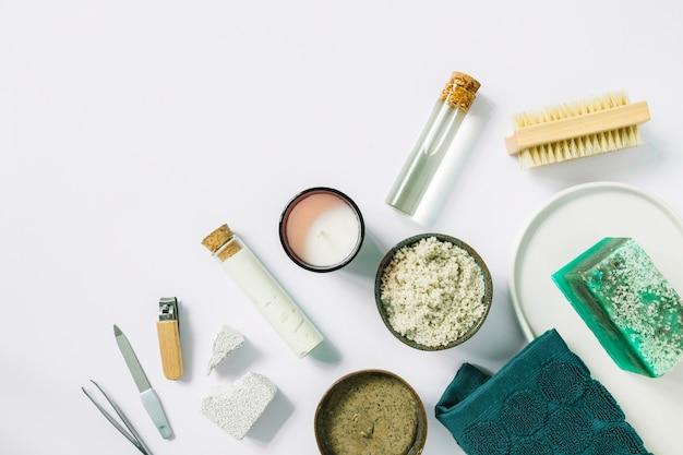 Vue élevée, de, manucure, outils, et, produits, sur, fond blanc Photo gratuit
