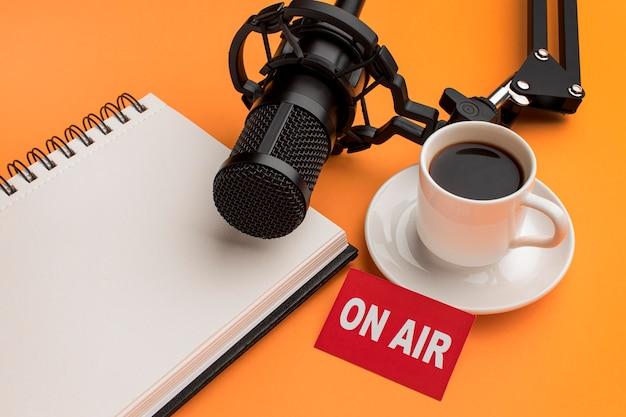 Vue élevée Le Matin Sur Le Flux Radio De L'air Et Le Café Photo gratuit
