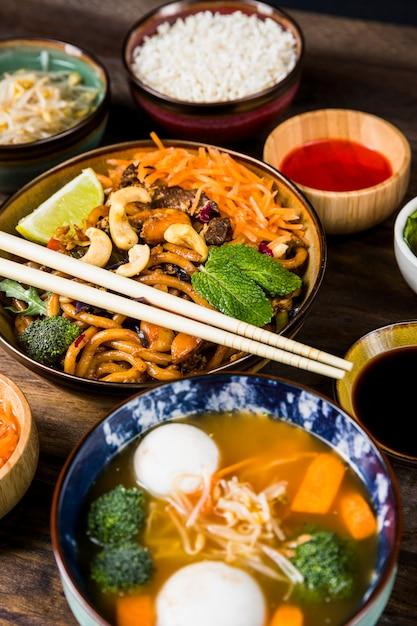 Une vue élevée de nouilles thaïlandaises et soupe thaïlandaise avec des boulettes de poisson et des légumes Photo gratuit