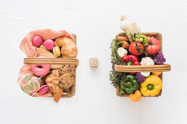 Vue élevée, de, nourriture cuite, contre, légumes frais, sur, fond blanc Photo gratuit