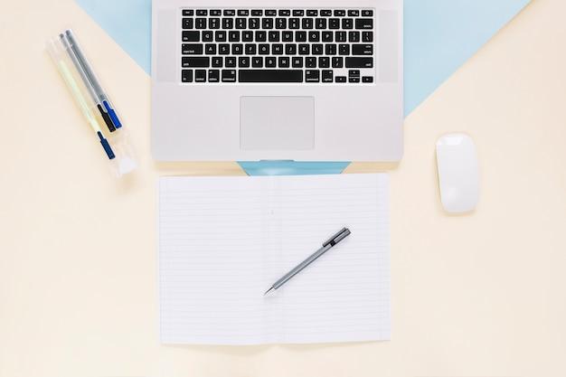 Vue élevée, de, ordinateur portable, et, papeterie, sur, papier papier, toile de fond Photo gratuit