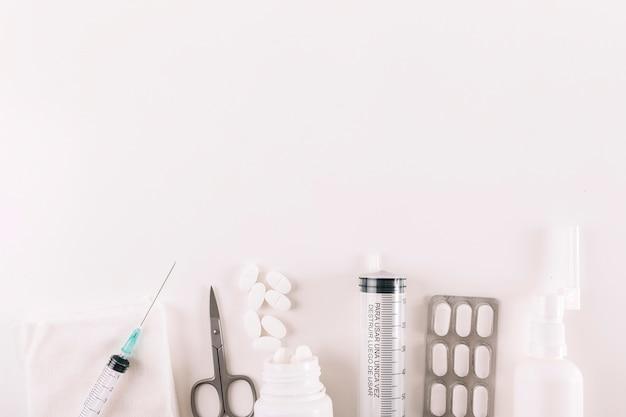 Vue élevée, de, pilules, et, équipements médicaux, sur, fond blanc Photo gratuit