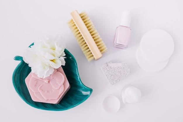 Vue élevée, de, produits manucure, à, barre savon rose, sur, surface blanche Photo gratuit