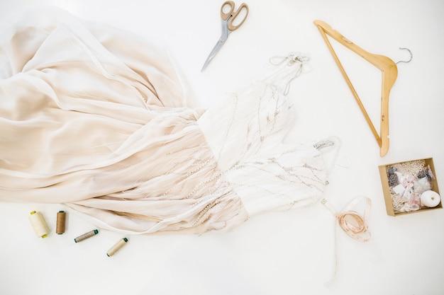 Vue élevée de la robe de designer sur fond blanc