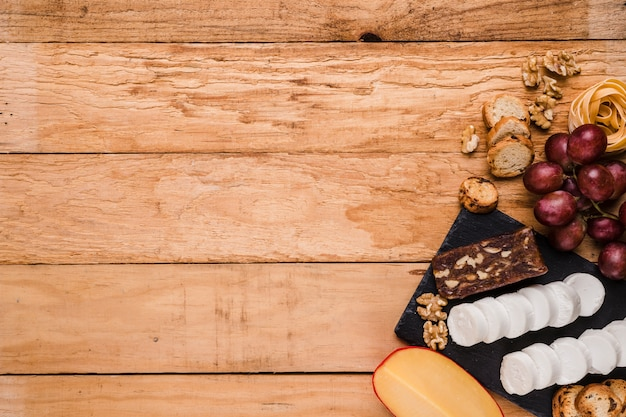 Vue élevée, de, sain, matières premières, à, fromage, sur, pierre ardoise Photo gratuit