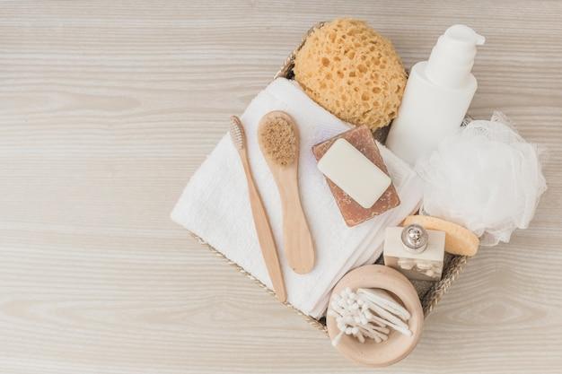 Vue élevée, de, spa, produits, à, brosses, et, luffa, dans, plateau, sur, surface bois Photo gratuit