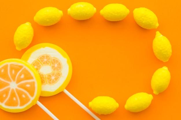 Vue élevée, de, sucettes citrus, et, bonbons citron, sur, orange, surface Photo gratuit