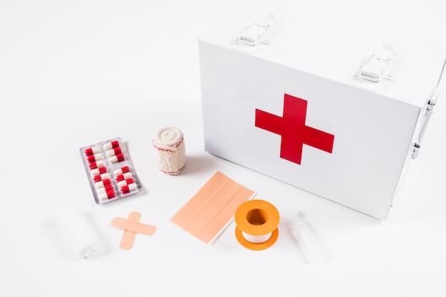 Vue élevée, de, trousse de secours, à, équipements médicaux, sur, fond blanc Photo gratuit