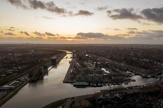 Vue D'ensemble Des Bâtiments Sur La Berge à Middelburg, Pays-bas Photo gratuit