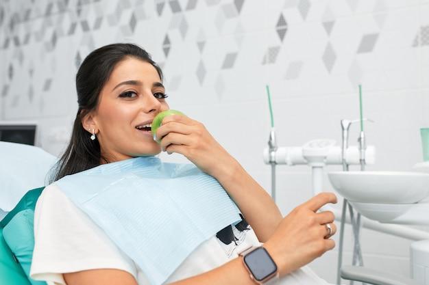 Vue D'ensemble De La Prévention Des Caries Dentaires Femme à La Chaise Du Dentiste Au Cours D'une Procédure Dentaire Belle Femme Sourire Close Up Photo Premium