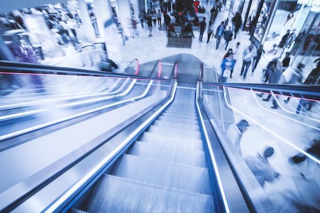 Vue Des Escalators Dans Le Centre Commercial En Mouvement Photo gratuit