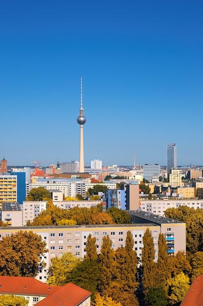 Vue de l'est de berlin avec la tour de télévision sur l'alexanderplatz et les toits de la ville Photo Premium