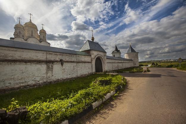 Vue Extérieure Du Monastère Luzhetsky De Saint-ferapont Capturé à Mozhaisk, Russie Photo gratuit