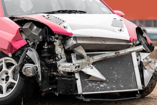 Vue de face d'un accident de voiture endommagé sur la route. Photo Premium