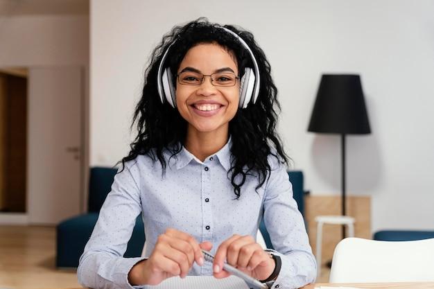 Vue De Face De L'adolescente Smiley à La Maison Pendant L'école En Ligne Avec Un Casque Photo Premium