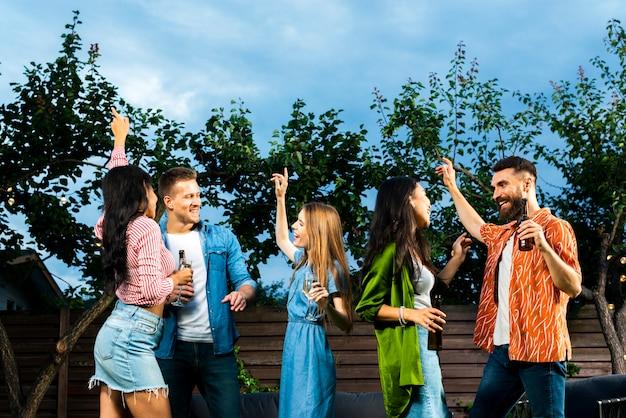 Vue de face amis danser ensemble Photo gratuit