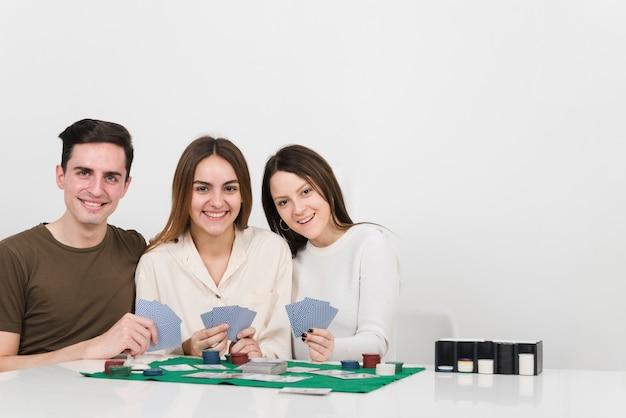 Vue de face des amis jouant au poker Photo gratuit
