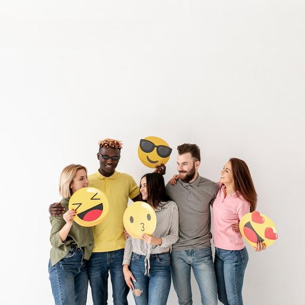 Vue de face amis ludiques avec emoji Photo gratuit