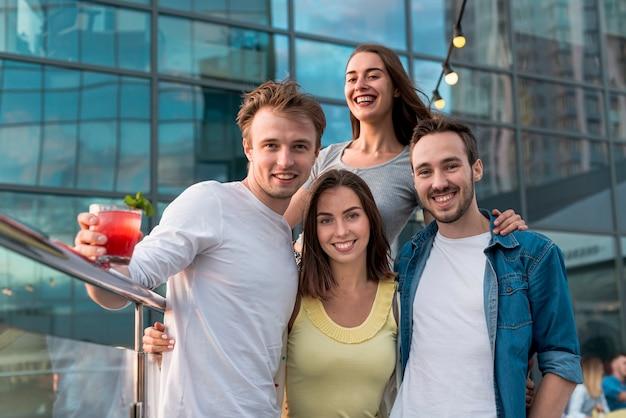 Vue de face des amis posant lors d'une fête Photo gratuit
