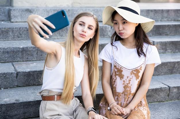 Vue de face des amis prenant un selfie Photo gratuit