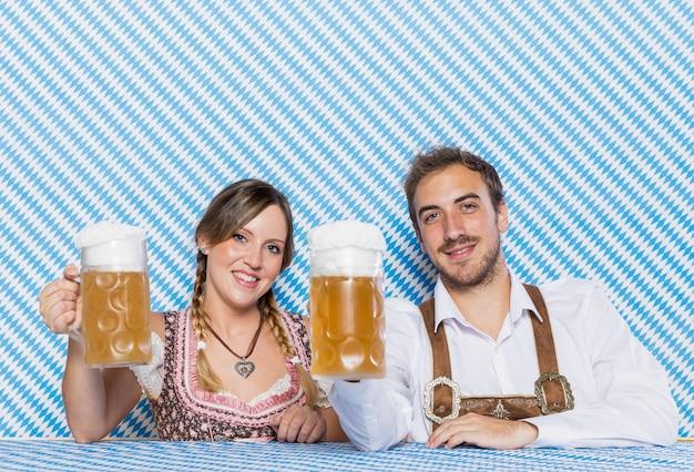 Vue de face des amis tenant des chopes à bière Photo gratuit