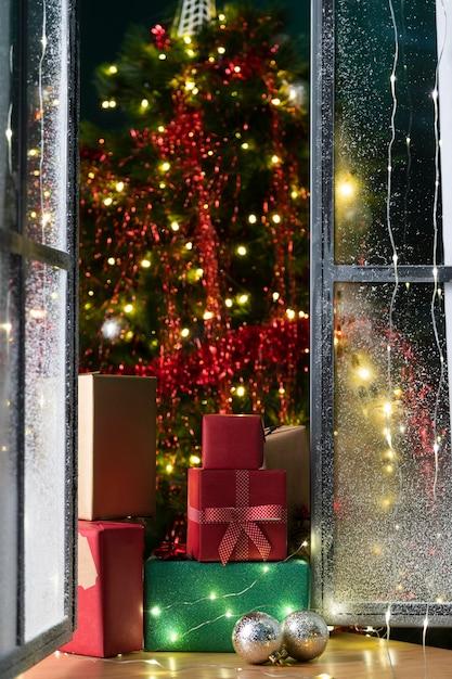 Vue De Face De L'arbre De Noël Et Des Cadeaux Photo gratuit