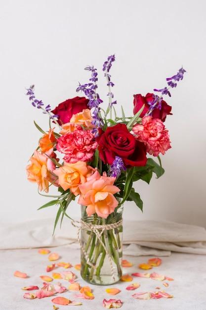 Vue De Face Assortiment De Roses Dans Un Vase Photo gratuit