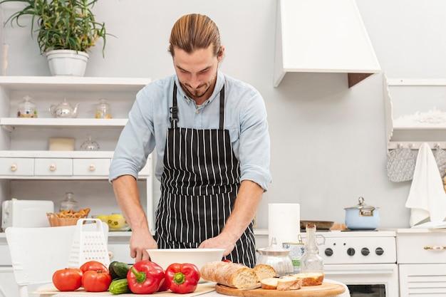 Vue de face, beau jeune homme, cuisine Photo gratuit