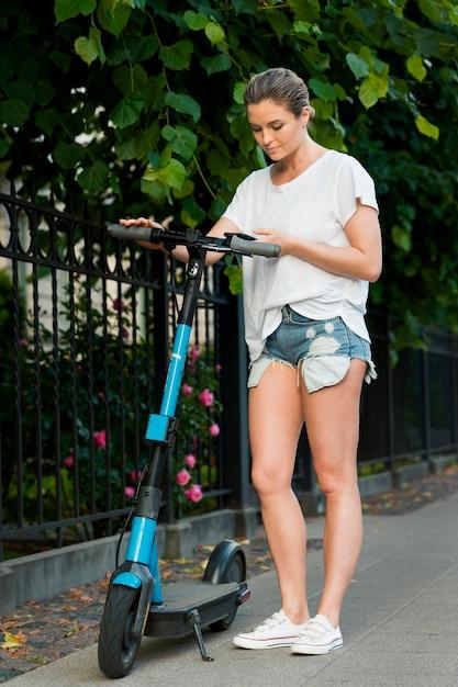 Vue De Face De La Belle Femme Sur Scooter Photo gratuit