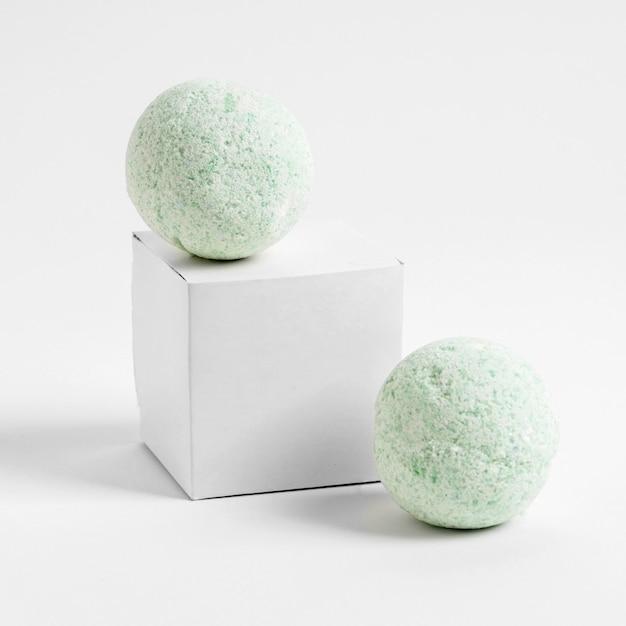 Vue De Face Bombes De Bain Vert Sur Fond Blanc Photo gratuit