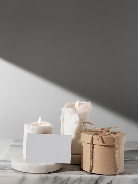 Vue De Face Des Bougies Du Jour De L'épiphanie Et Boîte-cadeau Avec Espace Copie Photo gratuit