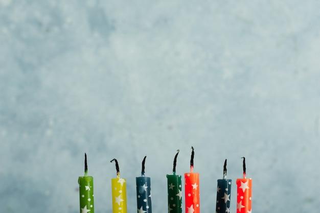 Vue De Face Des Bougies Multicolores Photo gratuit