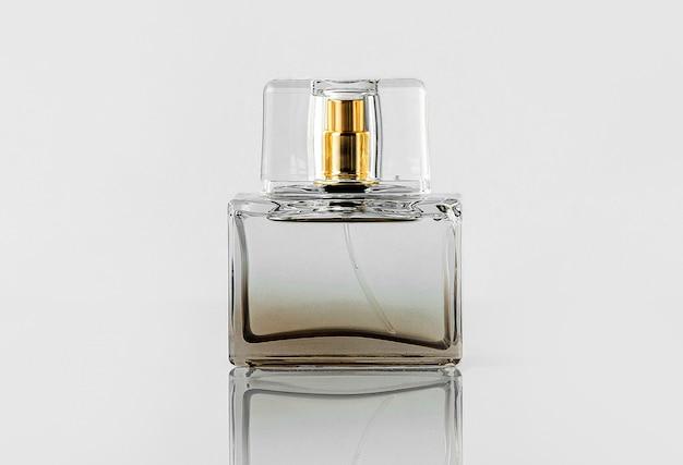 Une Vue De Face Bouteille Transparente Parfum Isolé Sur Le Mur Blanc Photo gratuit