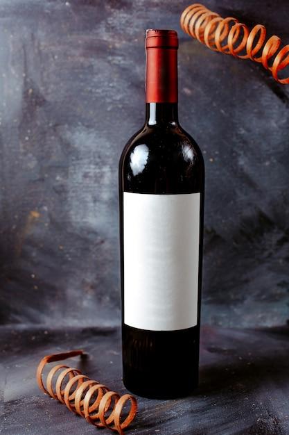 Vue De Face Bouteille De Vin Rouge Noir Sur Le Sol Lumineux Photo gratuit