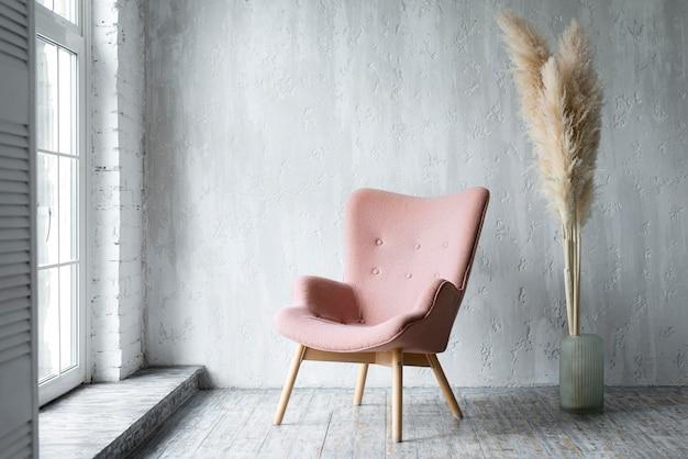 Vue De Face De La Chaise Dans La Chambre Avec Décoration Végétale Photo Premium